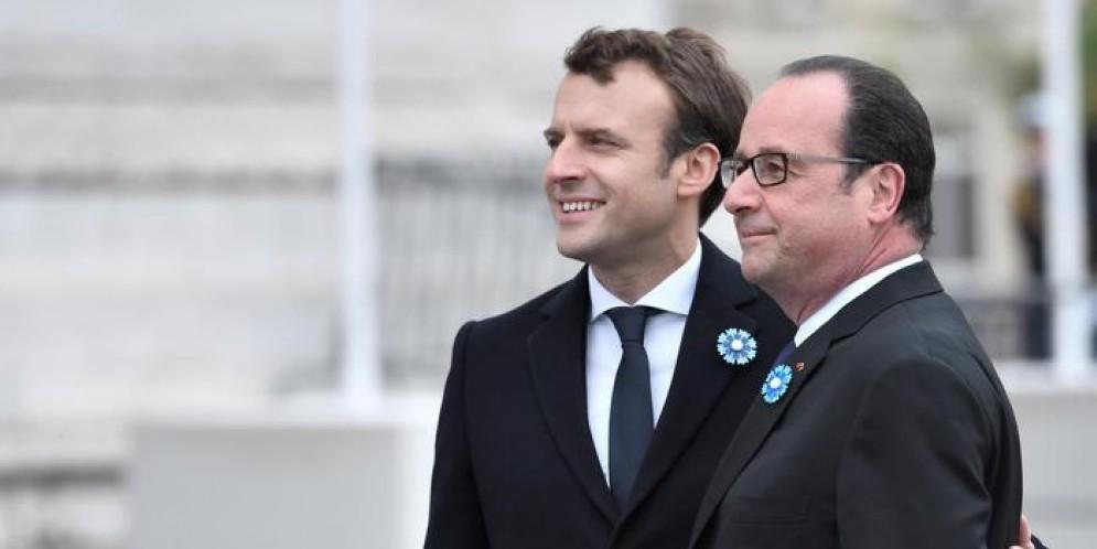 Emmanuel Macron con l'ex Presidente francese, Francois Hollande