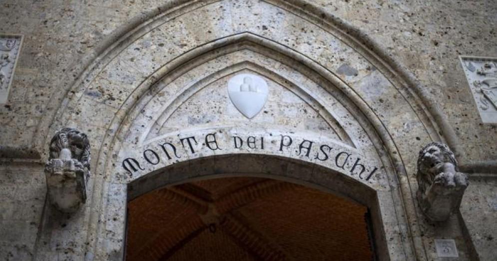 L'ingresso della sede del Monte dei Paschi di Siena