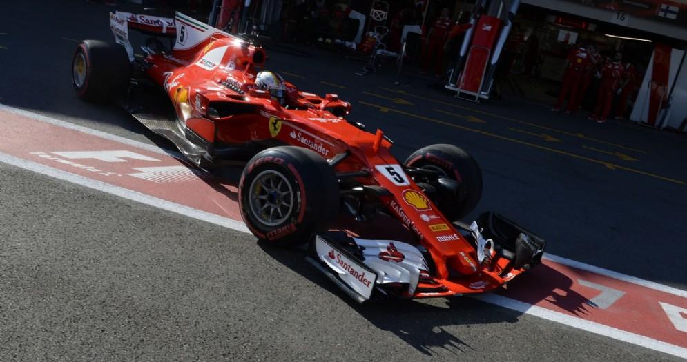 Sebastian Vettel guida la sua Ferrari nei box di Baku