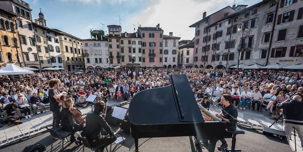 Più di 2 mila persone in piazza San Giacomo per il 'Concerto del Risveglio' (© Simone Di Luca Photography)