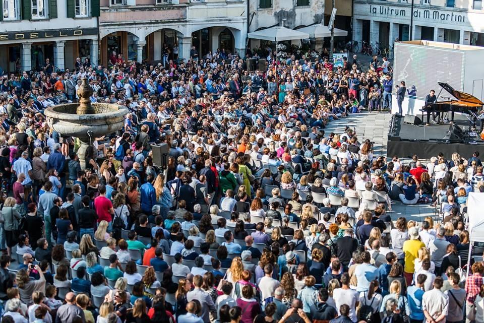 Più di 2 mila persone in piazza San Giacomo per il 'Concerto del Risveglio'