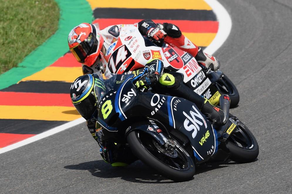 Nicolò Bulega in lotta con Tony Arbolino durante il GP di Germania