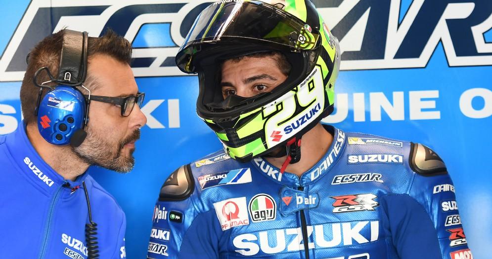 Andrea Iannone ai box della Suzuki al Sachsenring