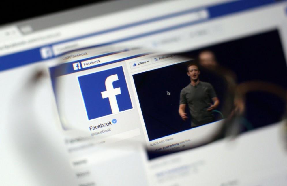 Facebook, chi condivide troppo sarà penalizzato