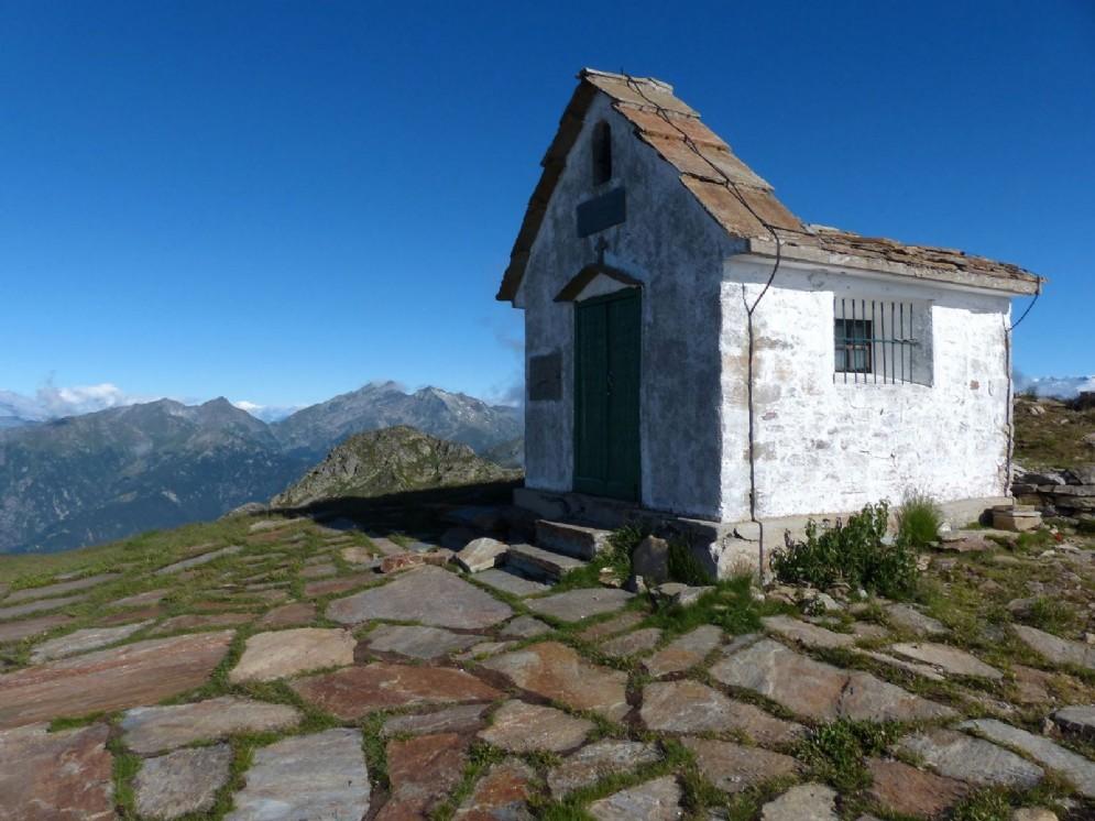 La cappelletta dedicata agli Alpini in cima al Monte Camino (2.391 m)