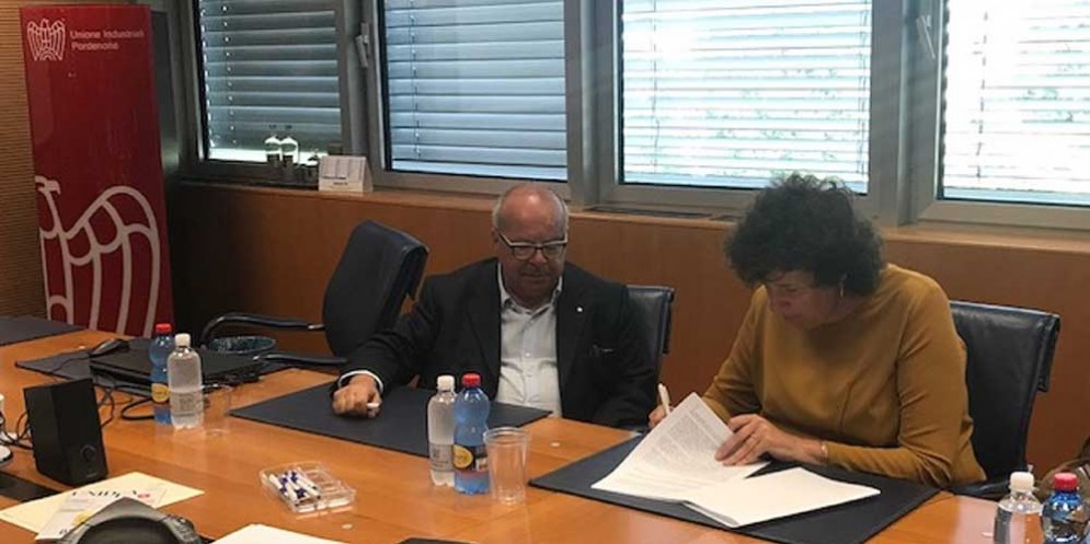 Loredana Panariti firma il protocollo di collaborazione tra la Regione, l'associazione degli Industriali del Friuli occidentale e i sindacati