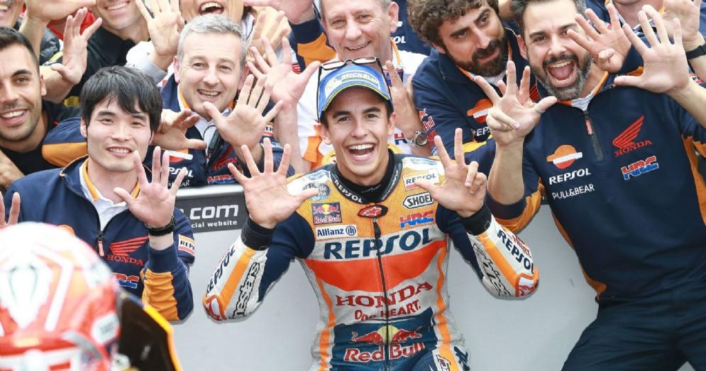 Marc Marquez festeggia con la Honda la vittoria nel GP di Germania