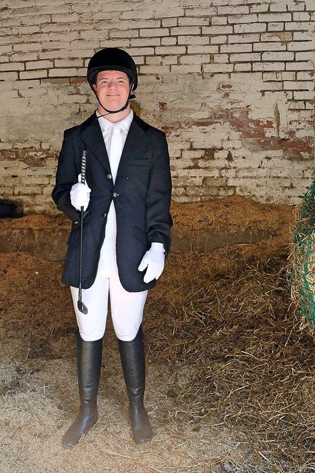 Un atleta che partecipa alle gare di equitazione presso il Centro Equitazione di Mottalciata