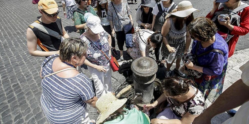 Turisti a una fontanella pubblica in piazza del Pantheon