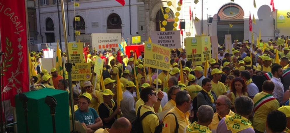 La Coldiretti assieme a molti sindaci e politici italiani in piazza davanti a Montecitorio per dire no al trattato Ceta