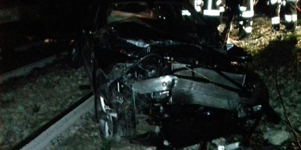 La carcassa dell'auto precipitata sulla ferrovia a Cucciago
