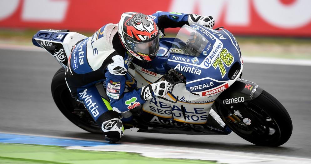 Loriz Baz in sella alla sua Ducati Desmosedici GP15 del team Avintia