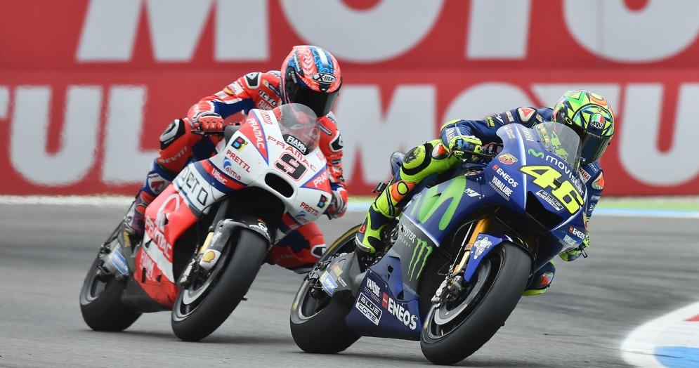 Valentino Rossi sulla sua Yamaha davanti alla Ducati di Danilo Petrucci