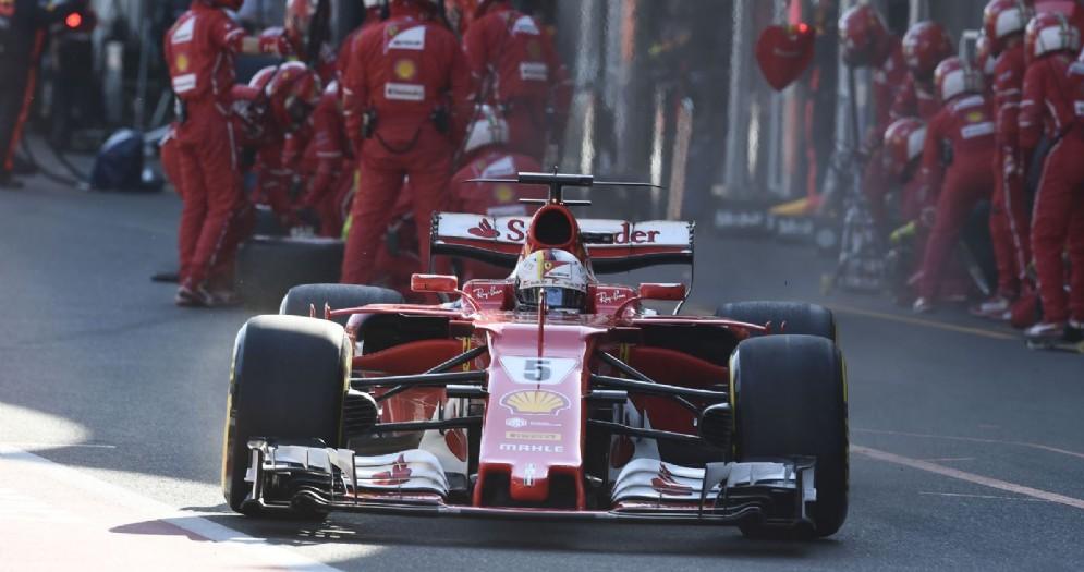 La Ferrari di Sebastian Vettel esce dai box