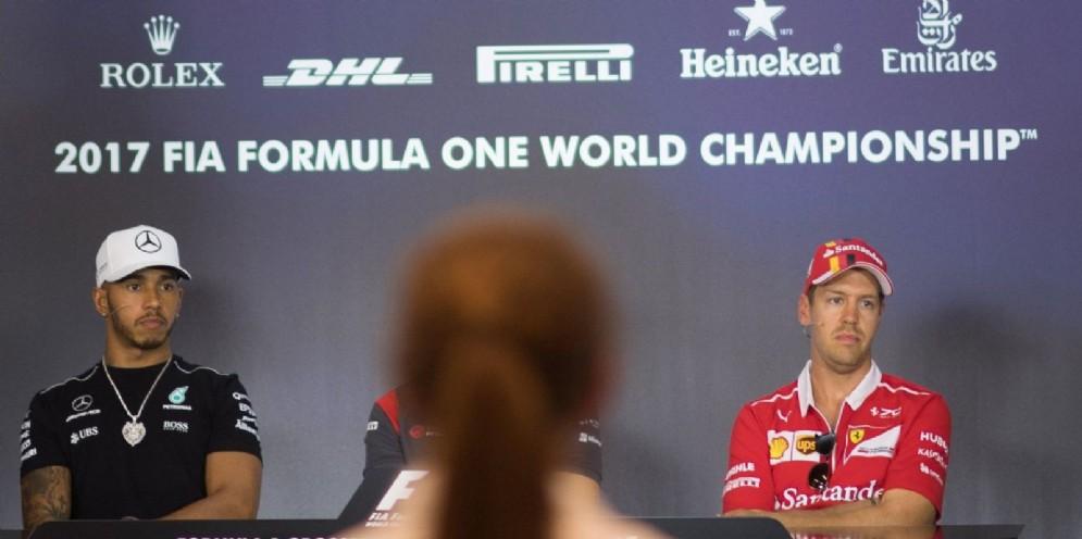 Lewis Hamilton e Sebastian Vettel fianco a fianco in conferenza stampa in Austria