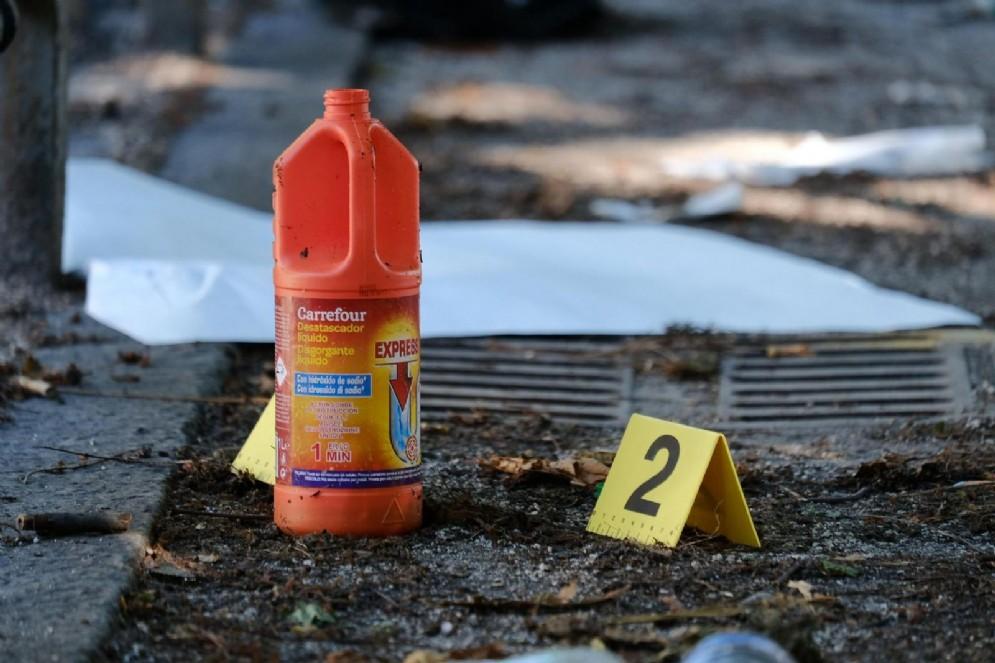 Agenti della Polizia Scientifica effettuano rilievi in Via Città di Fiume nel punto in cui un architetto italiano di 43 anni è stato colpito con una sostanza che potrebbe essere acido o soda caustica