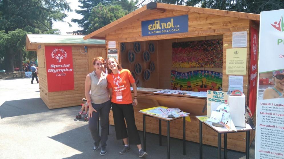 La presidente della Commissione Barriere Claudia D'Angelo e una volontaria allo stand del villaggio Special Olympics