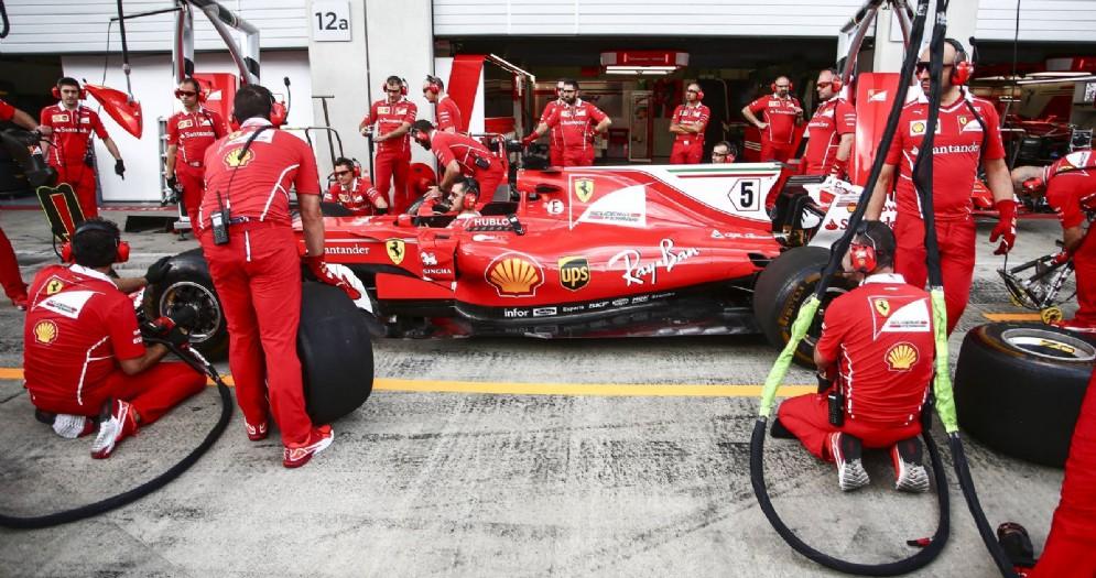 La Ferrari di Sebastian Vettel ferma ai box in Austria