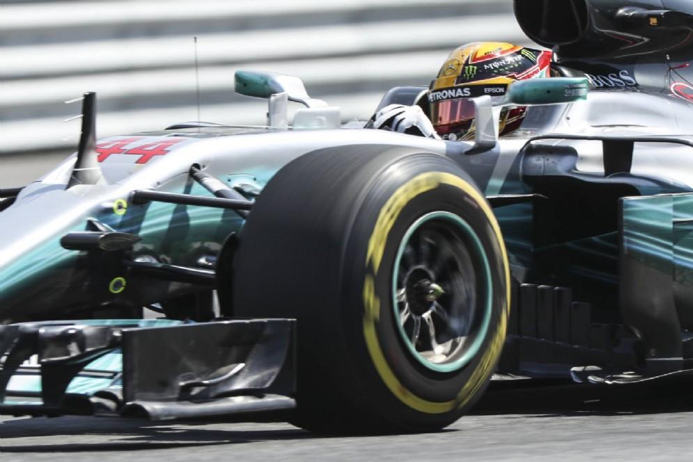 Hamilton in azione sulla sua Mercedes nelle prove libere del GP d'Austria