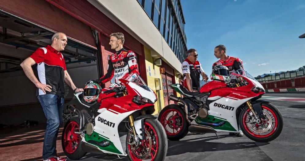 Chaz Davies e Marco Melandri con la Ducati Panigale R Final Edition nella corsia box di Laguna Seca