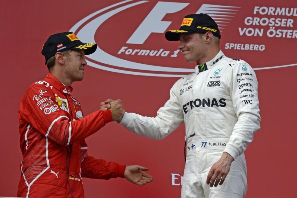 Bottas e Vettel si stringono la mano sul podio del GP d'Austria