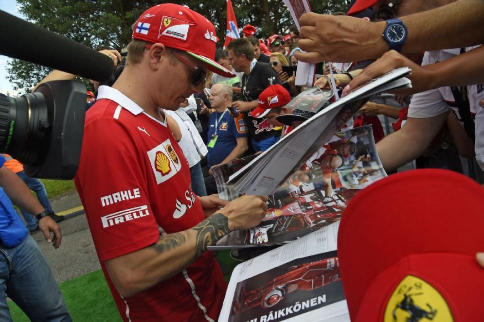 Iceman firma autografi ai tifosi nel paddock del Red Bull Ring