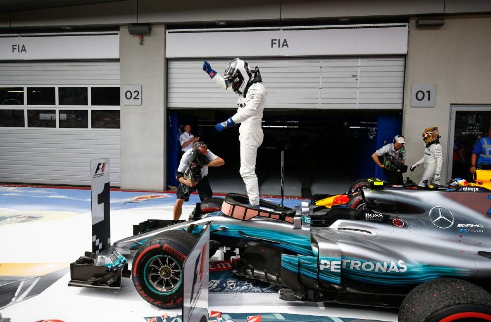 Bottas a braccia alzate sulla sua Mercedes dopo la vittoria al Red Bull Ring