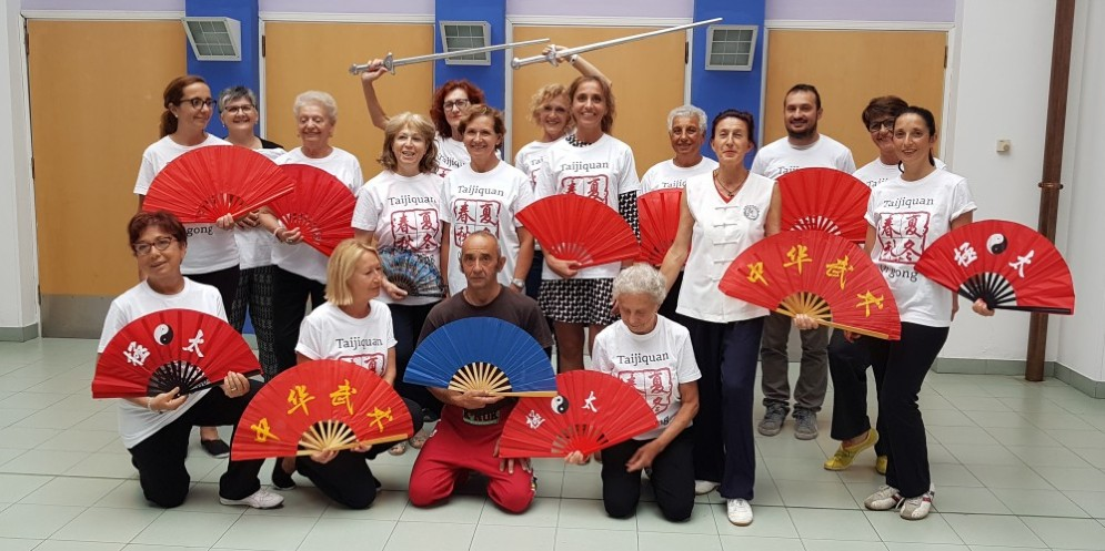 La foto dei partecipanti all'ultima lezione insieme al sindaco di Ponderano, Elena Chiorino