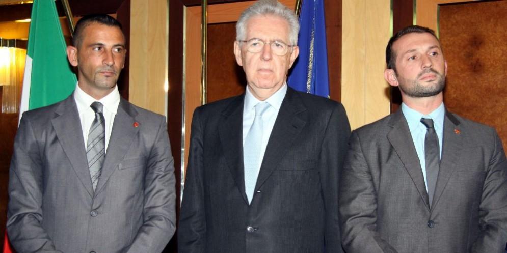 I due fucilieri della Marina Militare Massimiliano Latorre e Salvatore Girone con l'allora premier Mario Monti