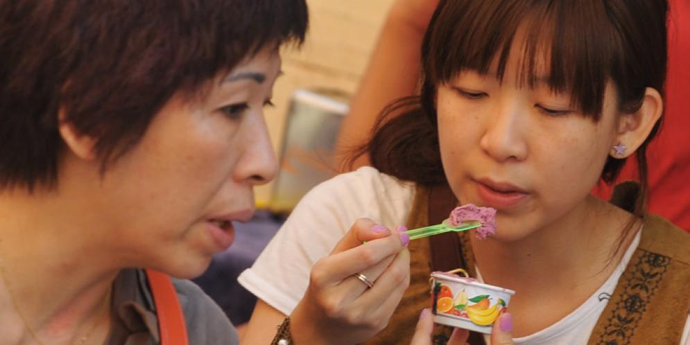 Due turiste che mangiano il gelato