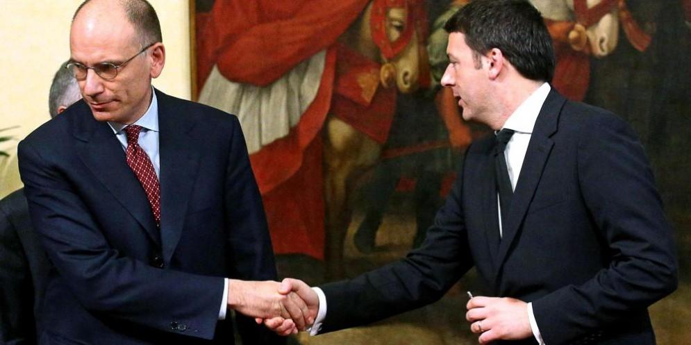 Enrico Letta e Matteo Renzi nel famoso momento del passaggio della campanella