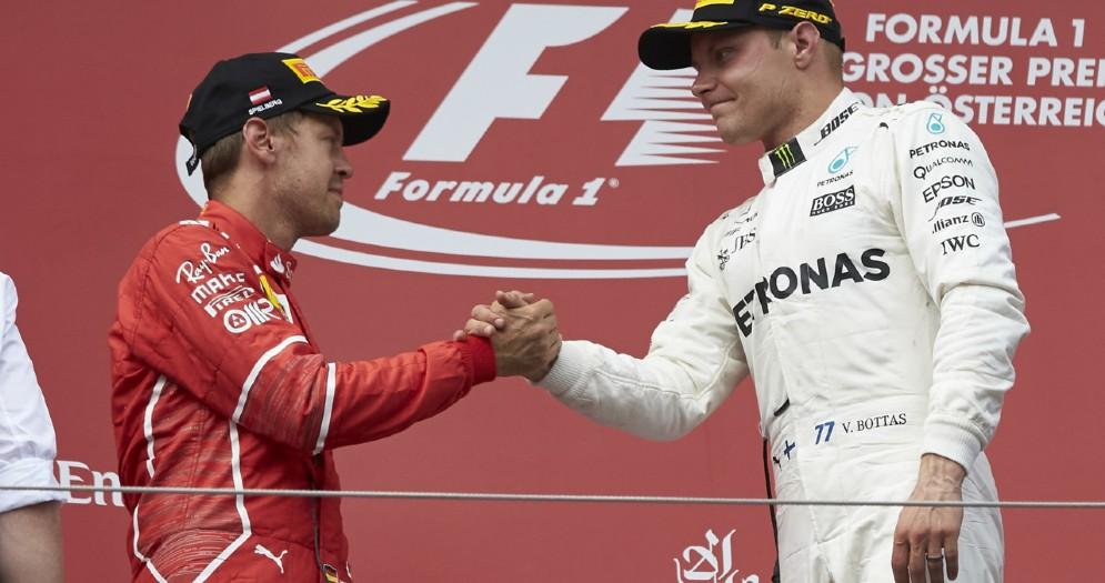 Valtteri Bottas stringe la mano a Sebastian Vettel sul podio del Gran Premio d'Austria