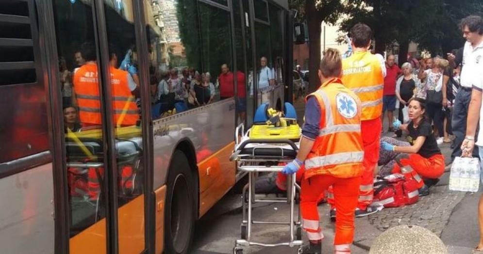 L'ambulanza, il soccorso e un gruppo di persone sul posto dell'incidente