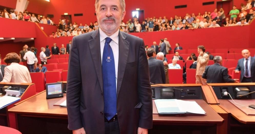 Primo consiglio comunale dell'era Bucci Il sindaco giura e si commuove in aula