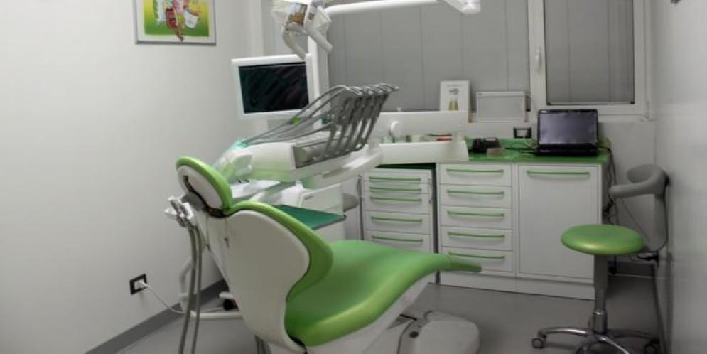 Falso dentista smascherato dalla guardia di finanza