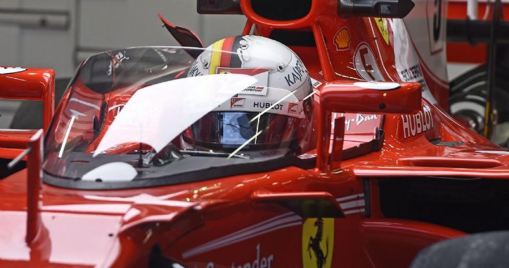 Sebastian Vettel siede nell'abitacolo della sua Ferrari con lo Shield