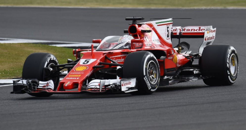 Sebastian Vettel in pista a Silverstone sulla Ferrari con lo Shield
