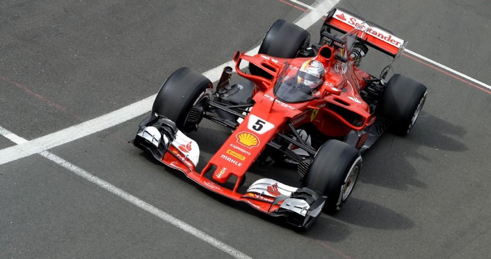 Sebastian Vettel rientra ai box sulla sua Ferrari con lo scudo