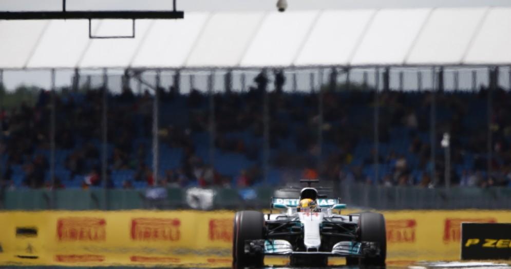 Lewis Hamilton in azione con la sua Mercedes nelle prove libere a Silverstone
