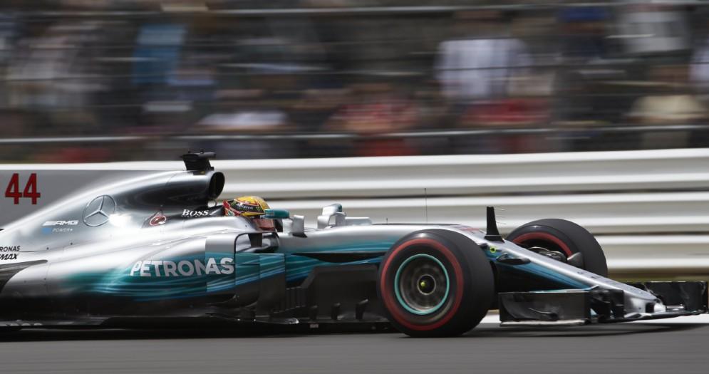 Lewis Hamilton in pista a Silverstone con la sua Mercedes