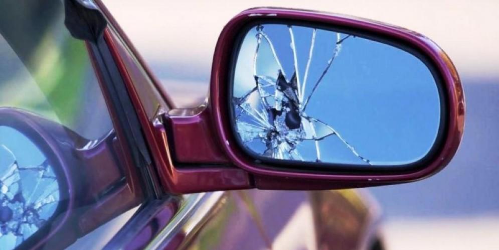 Pesantemente danneggiate diverse auto nel quartiere Riva
