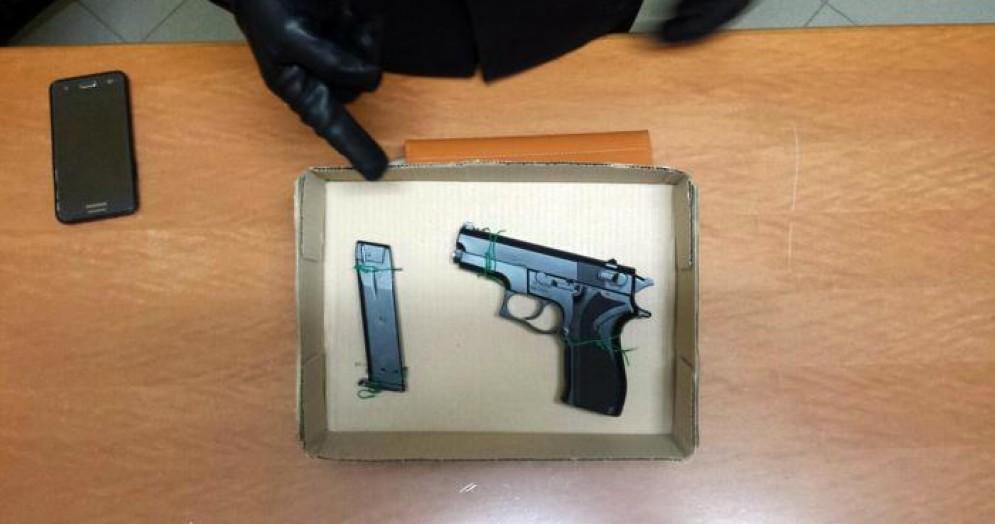 La pistola giocattolo recuperata dalla Polizia