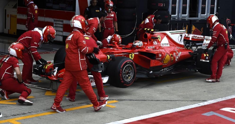 Kimi Raikkonen rientra ai box a Silverstone