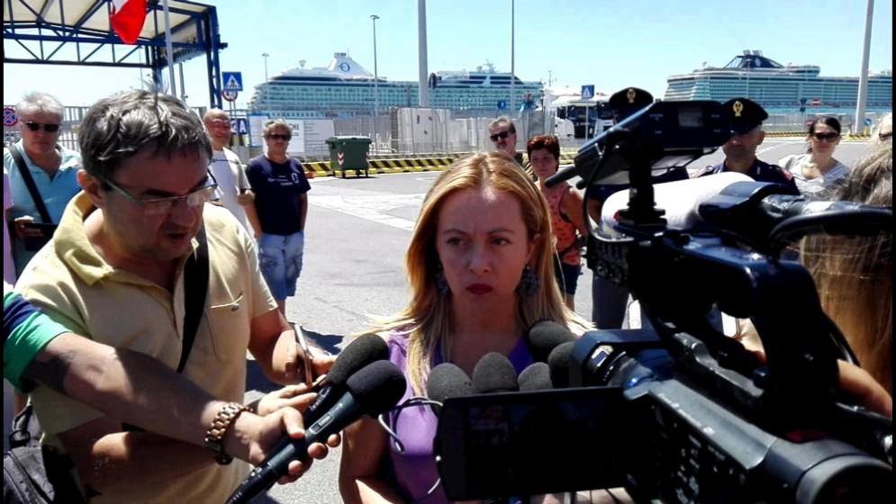 Giorgia Meloni si è recata al porto di Civitavecchia per protestare contro la decisione di aprirlo agli sbarchi dei migranti.