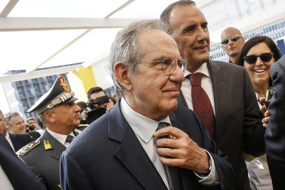 Il ministro dell'Economia Pier Carlo Padoan rassiucra gli italiani: 'Siamo fuori dal tunnel'