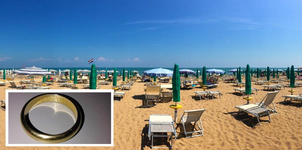 Ritrovata una fede nuziale in spiaggia: sui social è 'caccia' al proprietario (© Giosuè Rossi)
