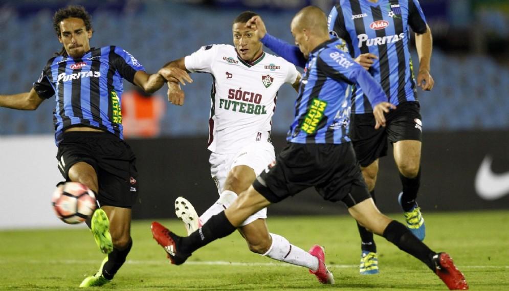 L'attaccante brasiliano Richarlison circondato dagli avversari