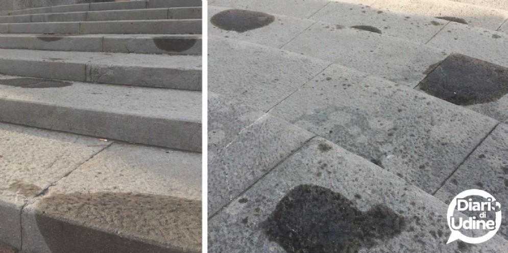 Macchie scure sulla scalinata del Tempio Ossario (© Diario di Udine)