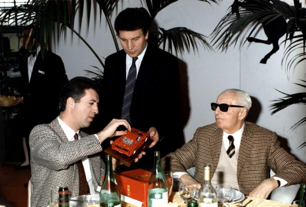 Il fondatore Enzo Ferrari con il figlio Piero in una foto del 1987