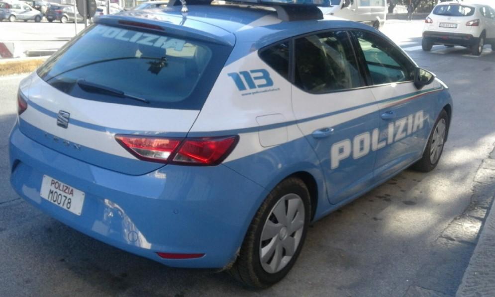 Vernice sui muri della città e sull'auto della polizia, arrestati